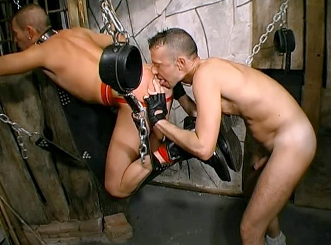 Legato ad una croce si vede torturare dal suo padrone