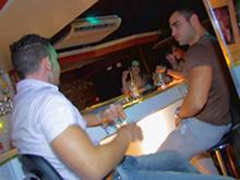 Petite baise entre amis dans une discothèque française.