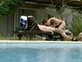 Il la ruine au bord de la piscine