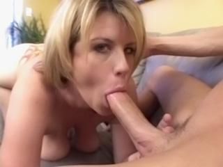 Sexe : Une blonde pulpeuse baisée par un maigrelet
