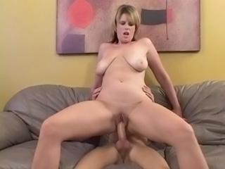 Video porno Une blonde pulpeuse baisée par un maigrelet