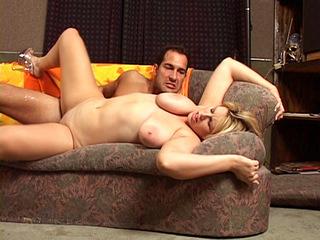 Grosses miches et baise sur le canapé
