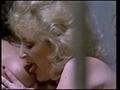 2 vieilles voleuses se retrouvent dans une cellule de prison - Cette sc�ne se passe dans une cellule de prison donc et nous retrouvons 2 femmes matures qui se connaissent depuis des ann�es puisqu'elles sont faites les 400 coups ensembles. Enfin elles ont presque tout fait car la promiscuit� d'une cellule leurs donnent des envies de lesbiennes et de bouffage de minous. Elles commencent donc � s'enlacer avant de s'embrasser et retirer leur peignoir de prisonni�res. Puis c'est du pelotage de seins auquel nous auront droit et en termes de poitrine il ya de quoi faire puisque la brune � des miches �normes silicon�s et la blonde de tr�s beaux restes. Elles vont ensuite � tour de r�le se faire du bien. Tout d'abord � la brunette de se laisser faire et d'appr�cier le travail de bouche de notre blonde. Elle va lui l�cher la chatte avant de lui foutre 2 doigts et de presser en rythme son pouce sur son clito, la brune ne veut pas qu'elle s'arr�te et sent l'orgasme monter. Mais c'est au tour de la vieille salope de prendre son pied, elle voit donc sa chatte d�fraichie et poilue doigt�e et l�ch�e. Elles finiront en ciseau sur la couche miteuse et se frotteront telle de v�ritables nymphomanes en manque de sexe. Bon en prison ce n'est pas vraiment tout les jours la f�te donc je comprends qu'elles veuillent en profiter. Elles ne savaient pas qu'elles aiment le cul entre femmes mais maintenant ca va changer radicalement le s�jour en zonzon.