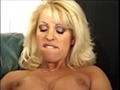 Dolly Golden baise une vieille salope - Au d�but de la sc�ne une brune mature retire son string et s'assoie a cot� de l'actrice porno fran�aise Dolly Golden. Elle �carte ses cuisses et caresse sa chatte en regardant la belle blonde pulpeuse. Elle � gard�e ses bas et elle est encore tr�s sexy pour son �ge. Elle l�che ses doigts et les frottes contre la petite fente et sur son clitoris d�j� bien excit�. Sa camarade de jeu regarde tout d'abord intrigu� puis excit�e aussi. Alors que la vieille continu son petit jeu solitaire, Dolly en fait de m�me en relevant sa jupette elle se masturbe de plus en plus fort. Mais ca devient trop chaud et notre femme mature va voir son r�ve exhauss� et se faire brouter le minou par la belle et pulpeuse salope. Elle y va d�licatement puis beaucoup plus fort, elle y met toute son �nergie et on voit que cela n'est pas en vint puisque la vieille coquine se tord de plaisir. Mais elle est joueuse et si elle est c'est pour partager donc elle repousse Dolly contre le fond du canap� et � son tour va lui faire goutter des joies du cunnilingus. Elle passe sa langue agile sur les petites l�vres avant de fourrer tout sa bouche sur la fente humide et douce de la belle. La belle blonde est en transe et frotte ses mains contre sa grosse poitrine silicon�e et pince ses t�tons d�j� bien durs. Elle va jouir de plaisir et apr�s un tel moment les 2 femmes s'embrasseront afin de sceller leur nouvelle complicit�.
