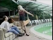 Plutôt que faire lÂ'entretien de la piscine vérifie donc ma chatte !!!