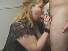 Blonde mature et masturbation furtive