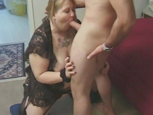 Blonde mature et masturbation furtive