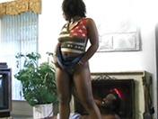 Un couple de black se tape un trip devant la cheminée