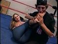 Petite branlette avec les pieds sur un ring de boxe.
