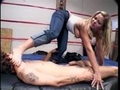 T�l�charger porno Petite branlette avec les pieds sur un ring de boxe.