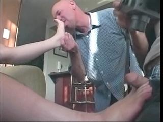 Sexe : Une sans abri baisée pour ses pieds