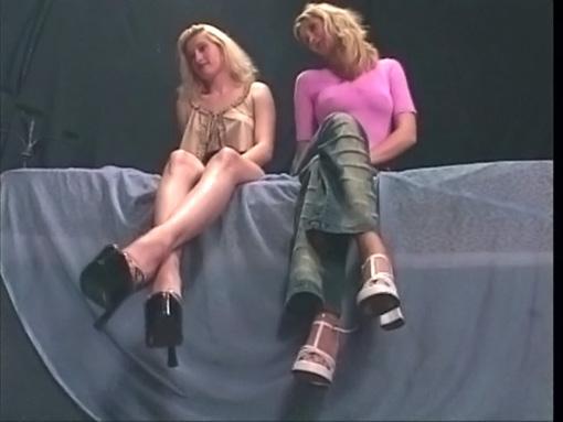 Un rasta pervers se tape des pieds de blonde