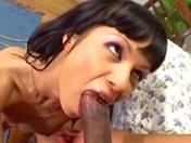 Une brunette baisée de façon brutale !