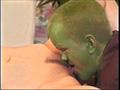 Un nain alien casse un cul.