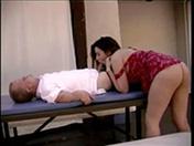 Un nain casse un cul en levrette
