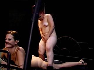 Une naine se fait raser la chatte sur scène