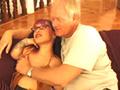 Une naine punk se tape un vieux bougre sur un lit