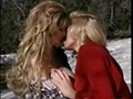Deux lesbiennes dans la neige et un yéti pervers