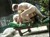 Il baise la mère d'un pote devant une cascade