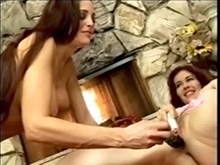 2 lesbiennes aux gros seins se touchent sur le tapis