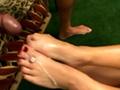 Asiatique sur canapé pour baise effrénée avec les pieds