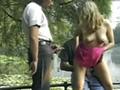 Une belle blonde accostée par deux inconnus