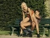 Exhibition dans un parc de Paris pour jeune blonde