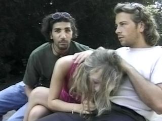 Sexe : Une belle blonde accostée par deux inconnus
