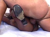 Une naine black se fait d�monter par 2 gaillards pr�ts � tout