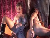 Deux copines se la jouent façon baise à quatre !!!