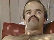 Petit mec à moustache et pipe de rêve par une belle salope