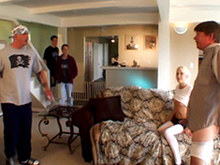 Un gang bang collectif pour une jeune blonde en manque