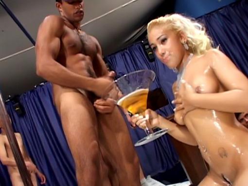 Orgie de foutre pour belle blonde délurée
