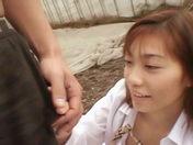 Una jovencita, llevando una falda de tartán, hace una mamada asombrosa y luego consigue estar bien jodida! video xxx