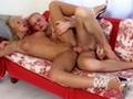 Blondinette et son mec baise sur le canapé pour l'essayer