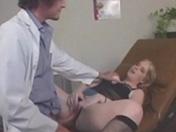 Elle va chez le médecin et se fait casser le bas des reins
