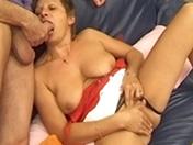 Une vieille amatrice se fait défoncer chez elle par un petit jeune