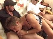 Une femme mature se fait bourrer le cul par deux mecs lors dÂ'un casting