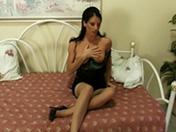 Brunette en lingerie et fétichiste des pieds en folie