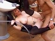Un client au salon coiffure reçoit un petit supplément sous la ceinture