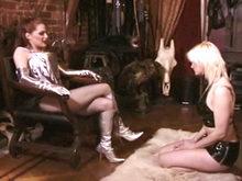 Maitresse Rousse et Blonde Soumise!