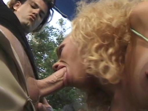 Lesbiennes et gros dard tendu pour baise inattendue