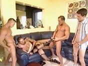 Une blonde reçoit des amis à la maison et dans le cul ...