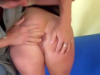 Una giovane ragazza fontana si fa una scopatina