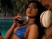 Latina in bikini per trio in sodomia