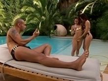 2 nanas à la piscine se godent et baisent