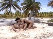 En voyage de noces, ils baisent sur une plage déserte.