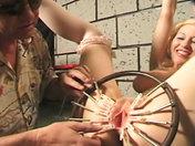 S�ance de torture en sous-sol