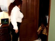 Jeune couple de black se livre à des jeux sexuels.