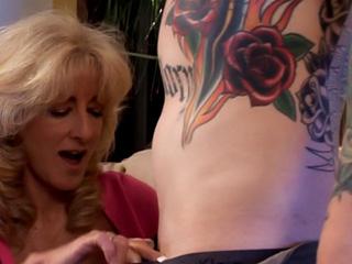 Une vieille salope se tape un jeune tatoué